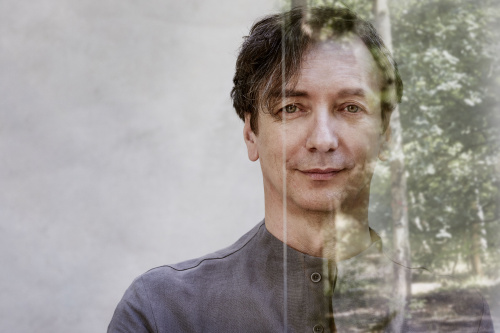 Volker Bertelmann re-signs to Bosworth Music/Music Sales